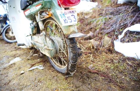 La motocyclette est fréquemment employée comme moyen de transport. Les Japonais s'en servent visiblement en hiver, même en campagne ou en montagne. Le truc : ils ajoutent des chaînes à leur monture!