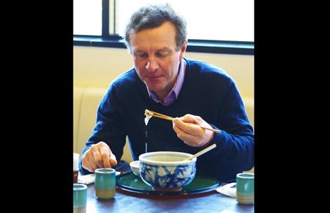 Les producteurs agricoles en visite au Japon ont dû apprendre à manier les baguettes pour manger. Le sympathique Xavier Limpens, producteur de grandes cultures en Montérégie, à l'instar des Japonais, mangeait même sa soupe avec des baguettes!