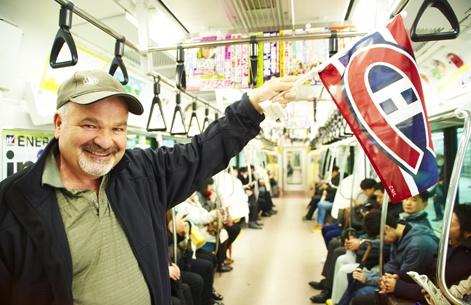 Le drapeau bleu-blanc-rouge que brandissait Daniel Dutilly, producteur de la Montérégie, constituait notre seule façon de nous suivre à travers la marée humaine qui occupait les terminaux de trains et les stations du métro!