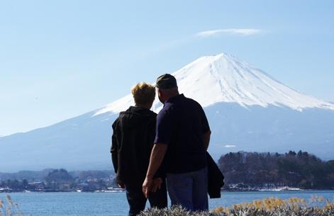 Les paysages du Japon se révèlent un plaisir pour les yeux. Parlez-en à notre ami Daniel Dutilly, producteur de la Montérégie, qui savoure un beau moment en compagnie de sa bien-aimée, Fernande Messier.
