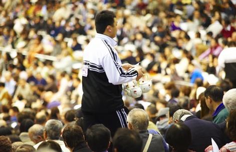 Durant un match de hockey au Centre Bell, seriez-vous du genre à commander une théière pour partager une bonne tasse de thé avec vos copains? Au Japon, lors d'un tournoi de combats de sumos, c'est le cas : les vendeurs de thé circulent dans les allées!