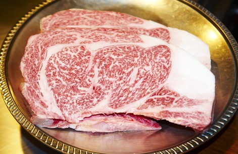 Pour un soir seulement, le fameux bœuf de Kobe se trouvait dans nos assiettes… Un steak tendre, juteux et hyper persillé (il se tranche comme du beurre et goûte pratiquement le beurre!)