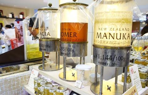 Dans ce commerce huppé, le consommateur japonais choisit son miel en vrac, provenant de différents pays. Après le sirop d'érable, à quand le miel du Québec au Japon?