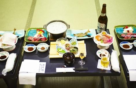 De petites portions tout en finesse, pour un repas traditionnel dans les règles de l'art. Le poisson, en haut à droite, se mange entier, de la tête à la queue…