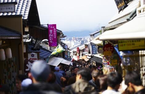 Les Japonais sont excessivement nombreux. En plus des résidents locaux, près de 10 millions de personnes partiraient chaque jour des banlieues pour aller travailler à Tokyo.