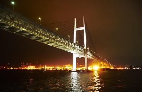 Le réseau de transport japonais est impressionnant : de nombreux ponts à deux étages, comme celui-ci à Yokohama, où des véhicules circulent au-dessus du pont et d'autres au centre...