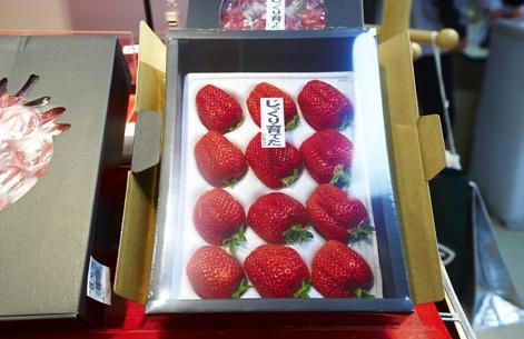 Seriez-vous prêt à payer 21 $ pour 12 fraises? Les Japonais, oui! Voilà ce que coûte cette boîte contenant quelques fraises placées individuellement.