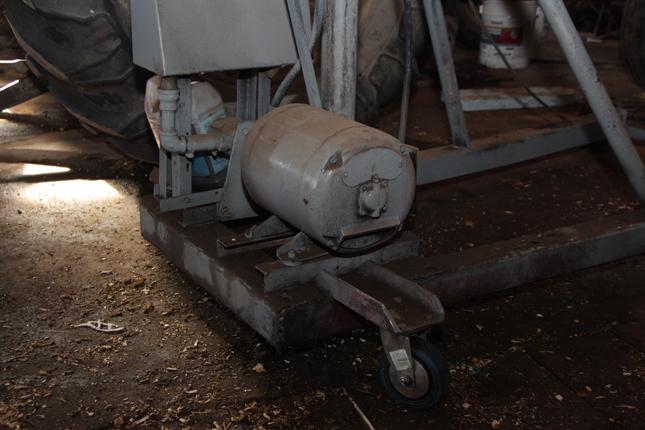 Un vieux moteur 1 force alimente la grue. L'appareil est équipé de roues qui font en sorte qu'il se déplace plus facilement. © Étienne Dupuis