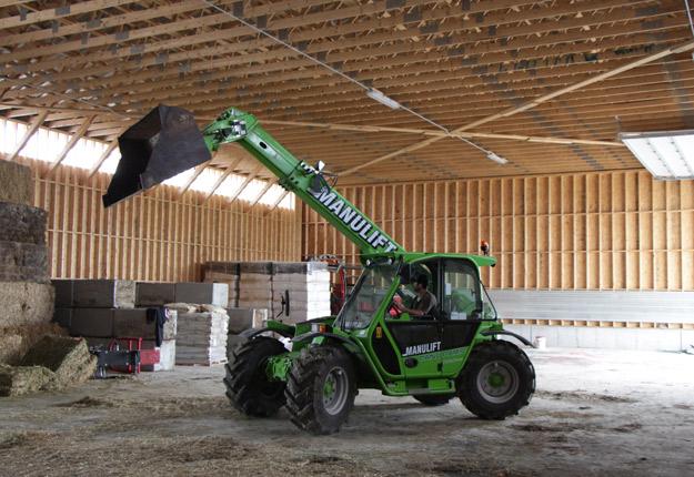 Le producteur avicole de Saint-Hyacinthe, Sylvain Lavallée apprécie la polyvalence du tracteur télescopique. © Étienne Dupuis