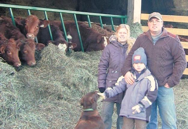 Guillaume Lachaîne, de Ferme-Neuve, sa conjointe Sophie Parent et leur fils Mathis. Crédit photo : Pierre Dufort, agronome/MAPAQ.
