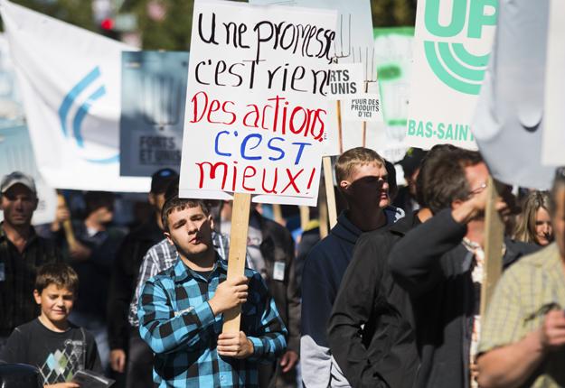Les slogans diffèrent, mais l'objectif est le même :sauver la gestion de l'offre et faire cesser les importations de lait diafiltré. Crédit photo : Martin Ménard
