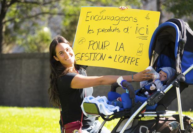 Marie-Pierre Robichon, une productrice laitière de la Montérégie, manifestait pour le maintien de la gestion de l'offre et des petites fermes familiales comme la sienne. « Il faut soutenir l'agriculture d'ici, car pourquoi aller ailleurs quand c'est ici le meilleur », résume-t-elle. Crédit photo : Martin Ménard