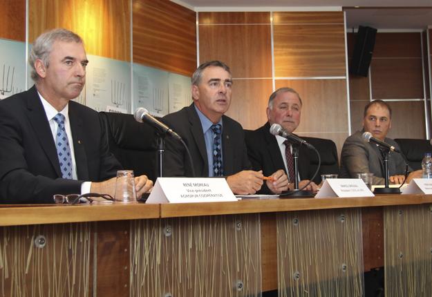 Le ministre de l'Agriculture du Québec, Pierre Paradis, s'est de nouveau joint aux dirigeants de l'UPA, de La Coop fédérée et d'Agropur pour réclamer le maintien intégral de la gestion de l'offre. Crédit photo : Thierry Larivière/TCN