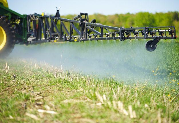 Une nouvelle stratégie québécoise exigerait des agriculteurs qu'ils réduisent l'utilisation des pesticides les plus à risque comme l'atrazine, le chlorpyrifos et les néonicotinoïdes. Crédit photo : Martin Ménard/TCN