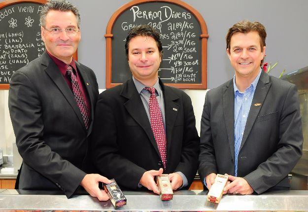 Louis Maltais, de Capital régional et coopératif Desjardins, Marc Landry, directeur général de la Fromagerie Perron et Yves Girard, de Nutrinor.