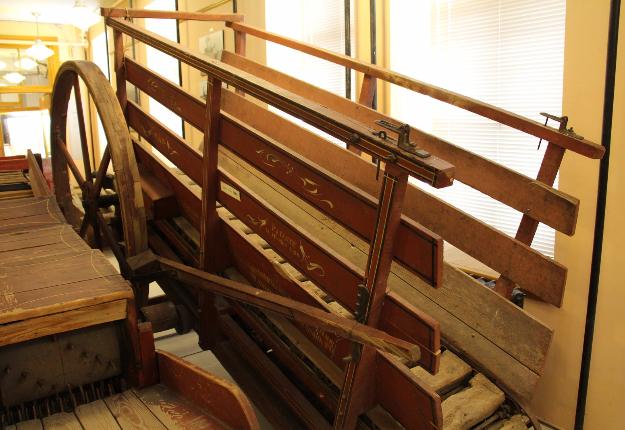 La trépigneuse est une sorte de tapis roulant mis en mouvement par la marche d'un cheval de trait dans le but de faire fonctionner de la machinerie agricole.