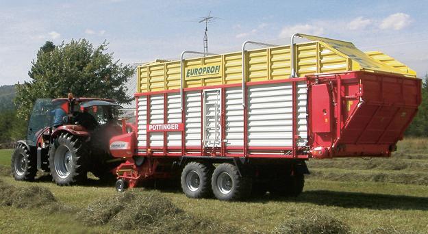 La Ferme Hengil a fait l'achat d'une autochargeuse Pöttinger pour faire la récolte en vrac. Cette acquisition a permis aux producteurs de réduire la manutention du foin et d'accélérer la récolte. Crédit photo : MAPAQ