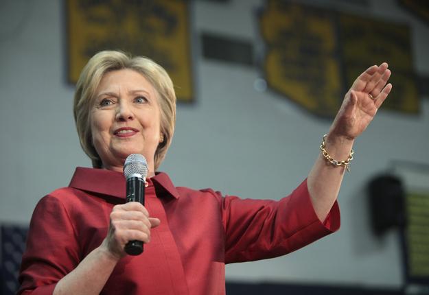 Hillary Clinton flirte avec l'idée de modifier la loi qui oblige les pétrolières à mélanger un minimum d'éthanol dans l'essence. Crédit photo: Gage Skidmore
