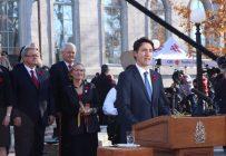 Le premier ministre, Justin Trudeau, au moment de l'assermentation de son cabinet, dont le ministre de l'Agriculture, Lawrence MacAulay, à l'arrière. Crédit photo : Archives/TCN
