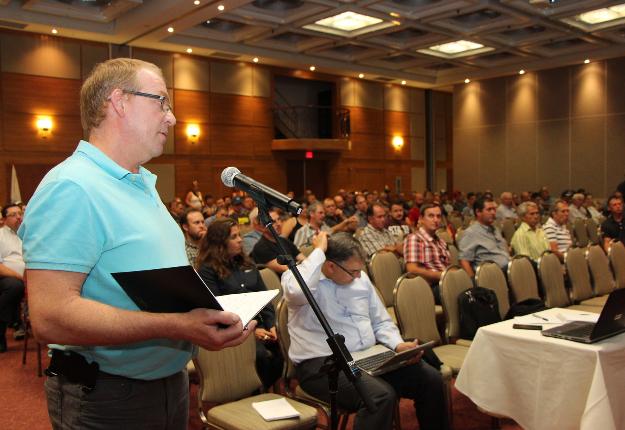 Mardi à Boucherville, à peine 120 producteurs ont assisté à la rencontre convoquée par les Producteurs de lait du Québec pour expliquer les termes de l'accord intervenu avec les transformateurs. Crédit photo : Pierre-Yvon Bégin