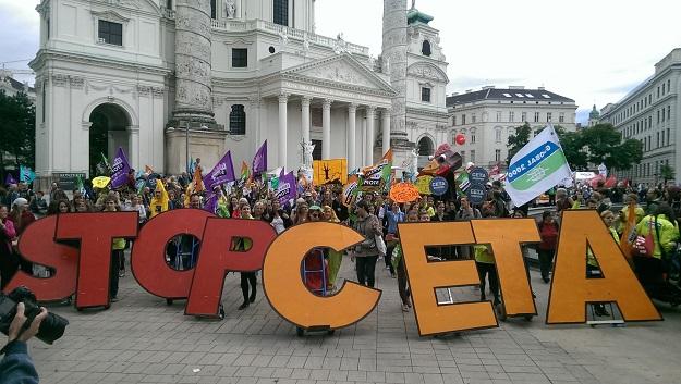 Manifestation à Vienne, le 17 septembre, contre l'Accord économique et commercial global (AECG). Des manifestations se sont également tenues dans sept villes allemandes. Crédit photo : Horst Jens
