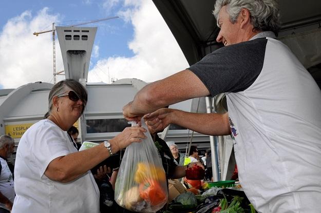 Ginette Ethier, de Montréal-Est, a fait le plein de légumes frais au kiosque des producteurs maraîchers. Crédit photos : André Laroche
