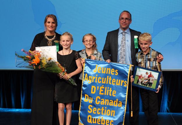 Les lauréats 2016 au Concours Jeunes agriculteurs d'élite, Célia Neault et Dominic Drapeau (Ferme Drapeau et Bélanger), accompagnés de trois de leurs quatre enfants. Crédit photos : Caroline Barré