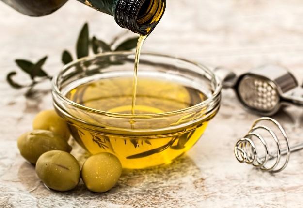 L'huile d'olive « pure » diluée avec de l'huile de noix constitue un exemple de fraude alimentaire.