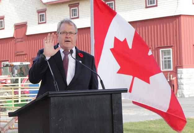 Le ministre de l'Agriculture du Canada, Lawrence MacAulay, précise que le fédéral versera 250 M$ sur cinq ans aux producteurs de lait. Crédit photo : Pierre-Yvon Bégin/TCN
