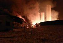 Il aura fallu une douzaine d'heures à 50 pompiers pour terminer l'extinction du brasier. Crédit photo : Christian Larouche, vétérinaire