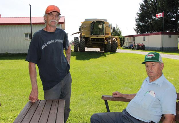 Benoît et Jean-Marie Paul, des agriculteurs de la baie Lavallière près de Sorel, devront vendre, accorder une servitude ou entreprendre des procédures judiciaires. Crédit photo : Archives/TCN