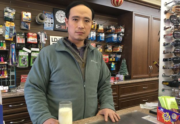 Le président de l'Association des dépanneurs chinois du Québec (ADDCDQ) écarte maintenant la possibilité de cesser de vendre du lait. Crédit photo: Audrey Desrochers