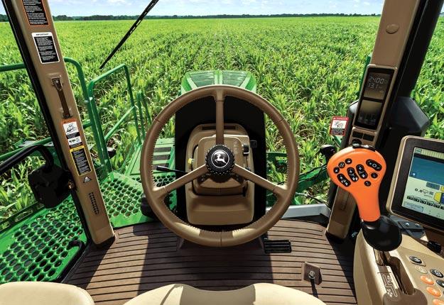 Le BoomTrac Pro, un système de contrôle de la hauteur, permet de maintenir celle-ci de façon constante au-dessus de la récolte lors d'applications. Crédit : Deere and Company
