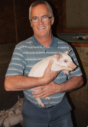Gilles Gauthier reconnaît que les conditions d'élevage ont beaucoup changé depuis les débuts de l'entreprise, qui a cependant dû s'adapter aux nouvelles normes et réglementations, notamment celles concernant le bien-être animal. Crédit photo : Émélie Bernier