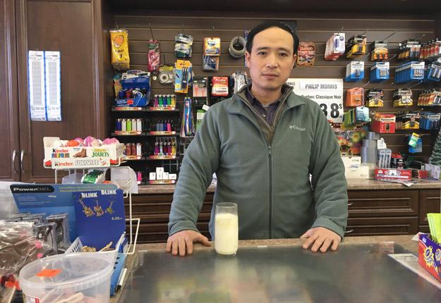 Président de l'Association des dépanneurs chinois du Québec, Shaoqiang Huang fait valoir que ses membres perdent de l'argent depuis que les laiteries refusent de reprendre les invendus. Crédit Photo : Audrey Desrochers