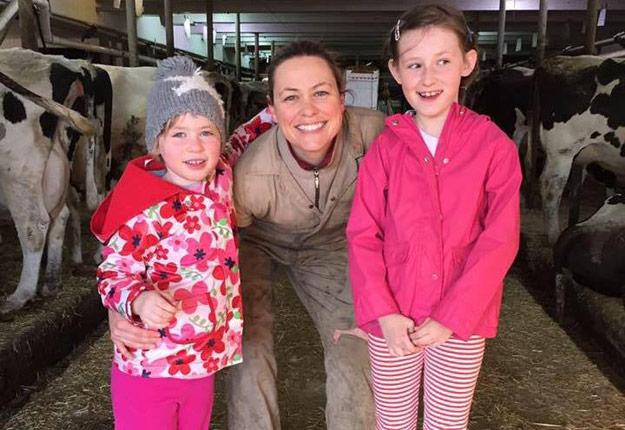 Jennifer Hayes espère que ses deux filles, âgées respectivement de 8 et 5 ans, prendront un jour leur place à ses côtés au sein de l'exploitation agricole familiale. Photo: Gracieuseté.