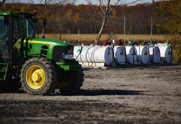 L'économiste Jean-Philippe Gervais prévoit que le prix du pétrole brut devrait demeurer autour du seuil de 50 $ US le baril. Toujours selon lui, le dollar canadien demeura faible en 2017, tandis que les taux d'intérêt pourraient légèrement augmenter au Québec. Crédit photo : Martin Ménard/TCN