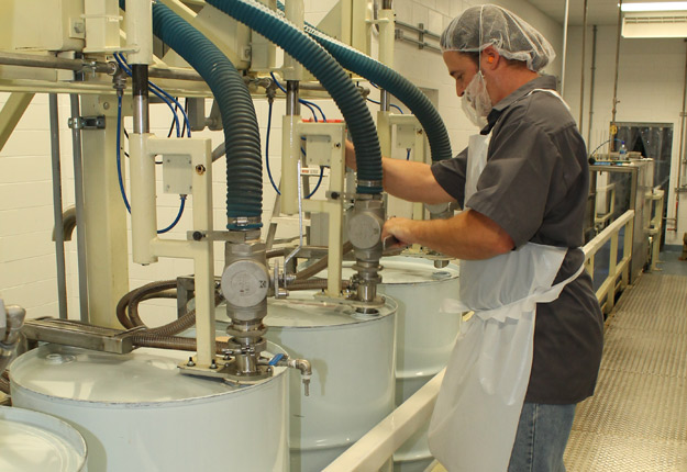 Les acheteurs et les producteurs se sont entendus sur les prix du sirop d'érable en vrac. Crédit photo : Archives/TCN