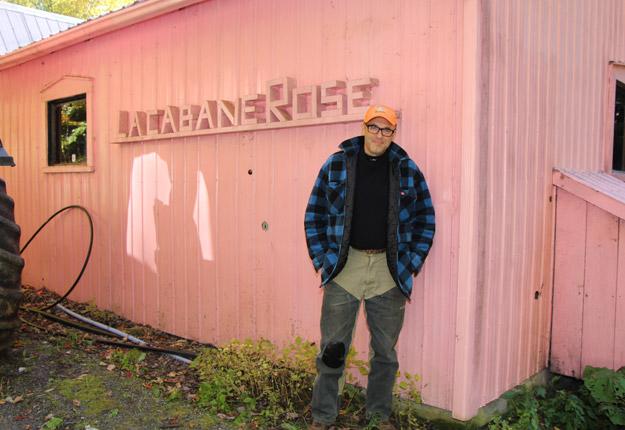 L'acériculteur François Roberge, qui est aussi PDG de La Vie en rose, a accueilli le collaborateur du Vanity Fair à sa cabane à sucre, en Estrie. Crédit photo : Archives/TCN