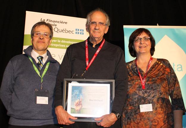 En 2013, Réal Michaud (au centre) avait été honoré par ses pairs lors du Colloque sur les plantes fourragères. Crédit photo : Archives/TCN