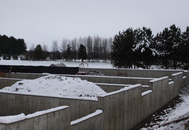 Les fondations du futur campus d'agriculture biologique sont construites depuis près de trois mois à Victoriaville. La poursuite des travaux dépend maintenant de la décision du gouvernement. Crédit photo : CETAB+