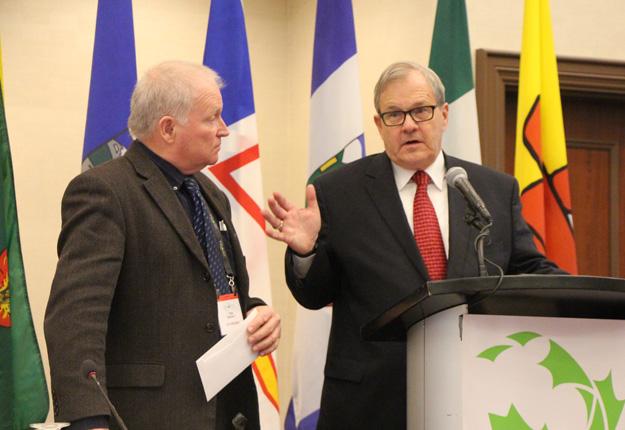 Le ministre de l'Agriculture du Canada, Lawrence MacAulay, s'est adressé aux producteurs lors de l'assemblée générale annuelle de la FCA à Ottawa du 22 février dernier. Crédit photo : Pierre-Yvon Bégin/TCN