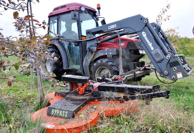 Jumelée à un tracteur, la tondeuse Bypass pivote librement sur elle-même pour épouser les contours des arbres et des poteaux. Crédit photos : André Laroche