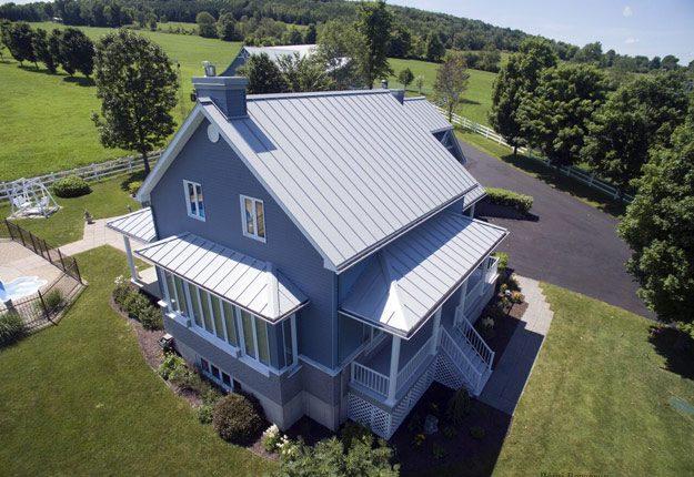 Le revêtement métallique pour les toits de maison redevient de plus en plus populaire en raison de sa durabilité et de sa facilité d'entretien. Crédit photo : Courtoisie de Tôle Vigneault