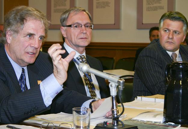 Le nouveau sous-ministre Marc Dion, au centre, en compagnie de Roger Lefebvre et de Laurent Lessard, en 2009. Crédit photo: Pierre-Yvon Bégin / TCN