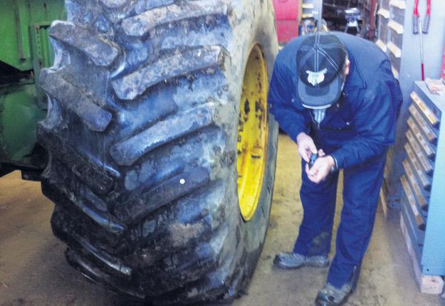 Pour avoir des pneus radiaux performants et éviter de compacter vos sols, il faut optimiser leur pression. Crédit photo : Eveline Mousseau