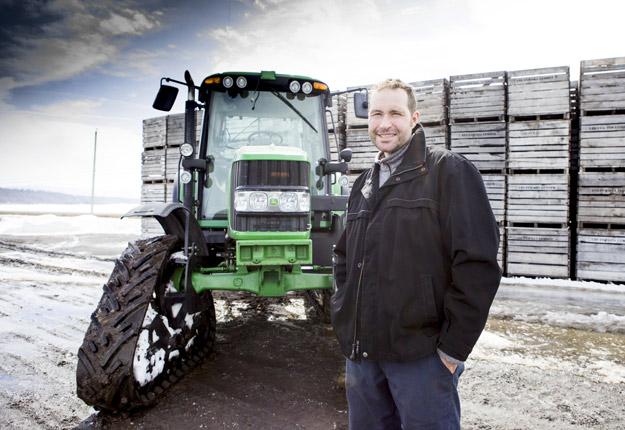 En plus d'avoir muni son tracteur de chenilles, Luc Lussier en a aussi installé sur son arroseuse en 2012. Crédit photo: Marie-Michèle Trudeau/TCN