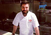 Le chef Louis-François Marcotte se réjouit d'ajouter le bœuf à la stratégie d'achat local de La Cage, qui comprend déjà le poulet, les pommes de terre, les tomates et le pain. Crédit photo : Gracieuseté de La Cage brasserie sportive