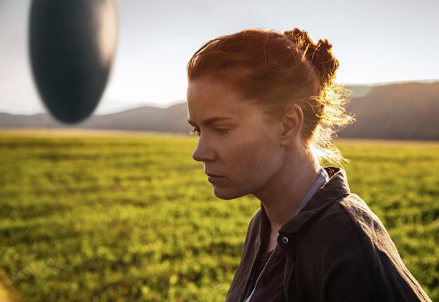 Toutes les scènes extérieures autour du vaisseau extraterrestre à l'apparence d'un gros cocon ont été tournées sur la terre de Carol Roy, à Saint-Fabien. Sur la photo, l'actrice Amy Adams, qui incarne une linguiste dans le film. Crédit photo : Gracieuseté de Paramount