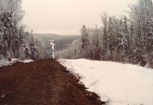 Pour aménager son sentier municipal, Saint-Zénon a coupé 800 arbres sur la terre de Réjean Rivest (portion recouverte de neige sur la photo.) Crédit photos : Gracieuseté de Réjean Rivest